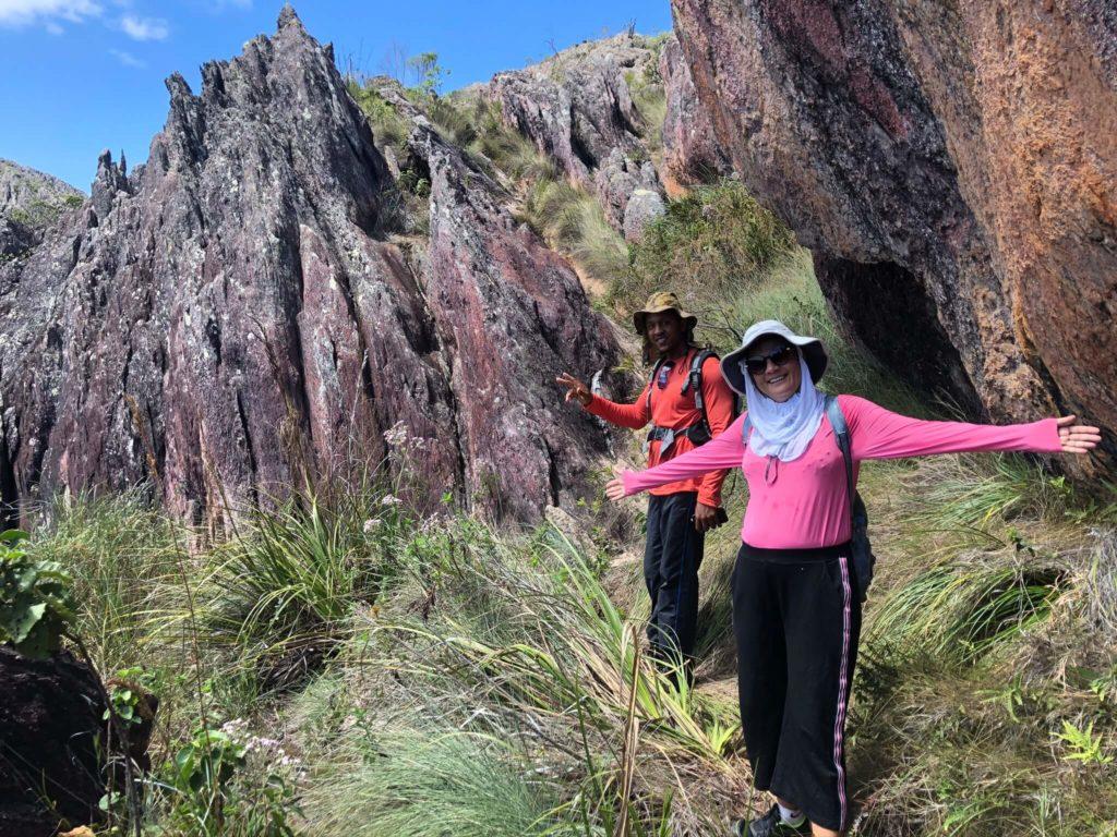 Trilha para o Pico das Almas e as fendas nas rochas
