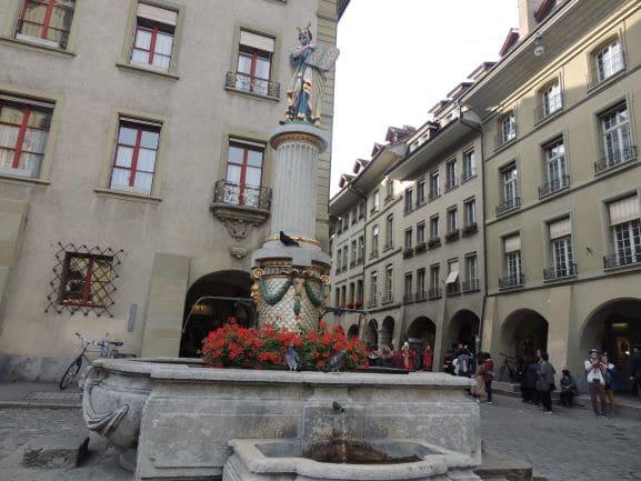 Fonte Mosesbrunnen - situada na praça em frente à Catedral de Berna, é a representação de Moisés segurando as tábuas em que estão escritos os dez mandamentos de Deus