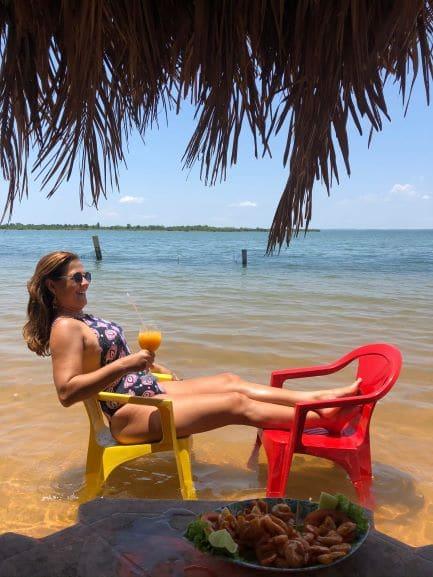 A Praia do Caju fica afastada do centro, e é uma excelente opção para tomar banho no Rio e relaxar