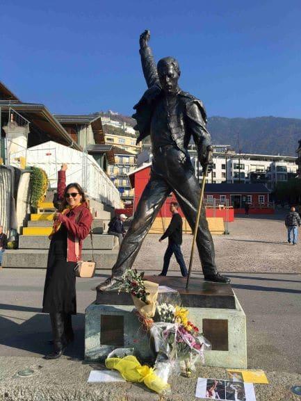 Estátua em homenagem a Freddie Mercury na beira do lago de Montreux