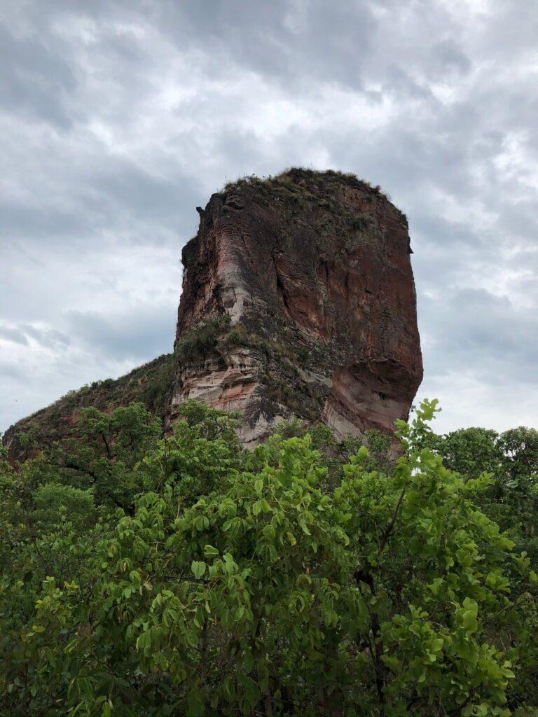A Pedra Furada do Jalapão vista do ponto onde os carros ficam estacionados
