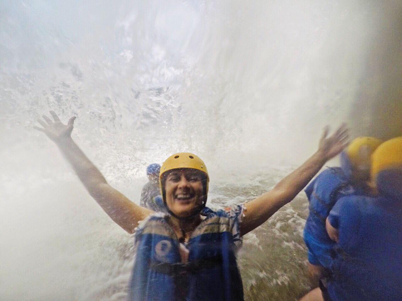 O rafting nos levou até embaixo da Cachoeira da Velha