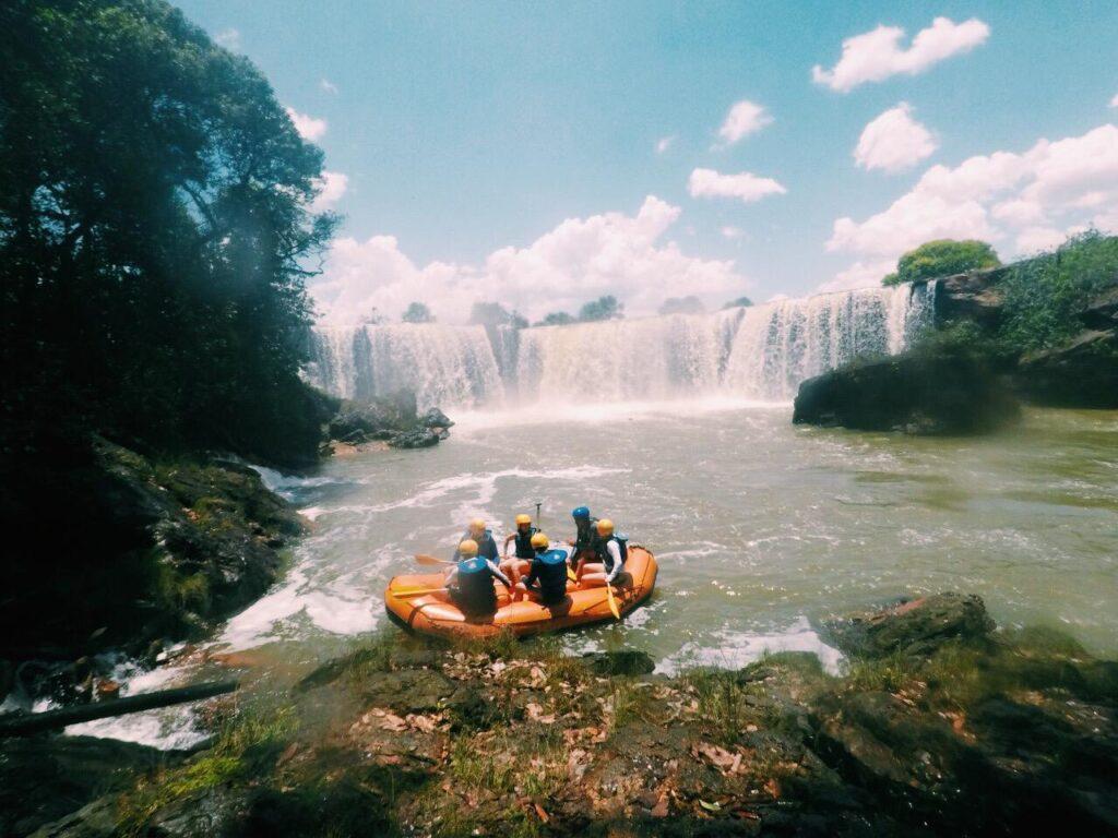Muita emoção e adrenalina no rafting na Cachoeira da Velha