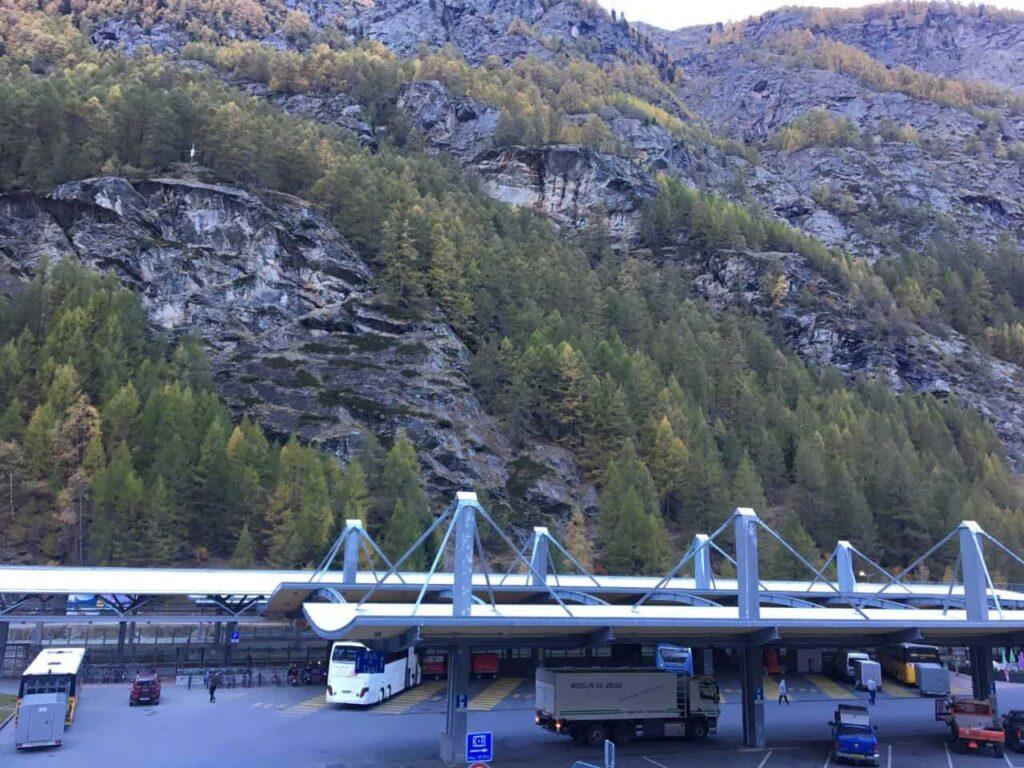 Estação de ônibus e trem em Tasch na Suiçã