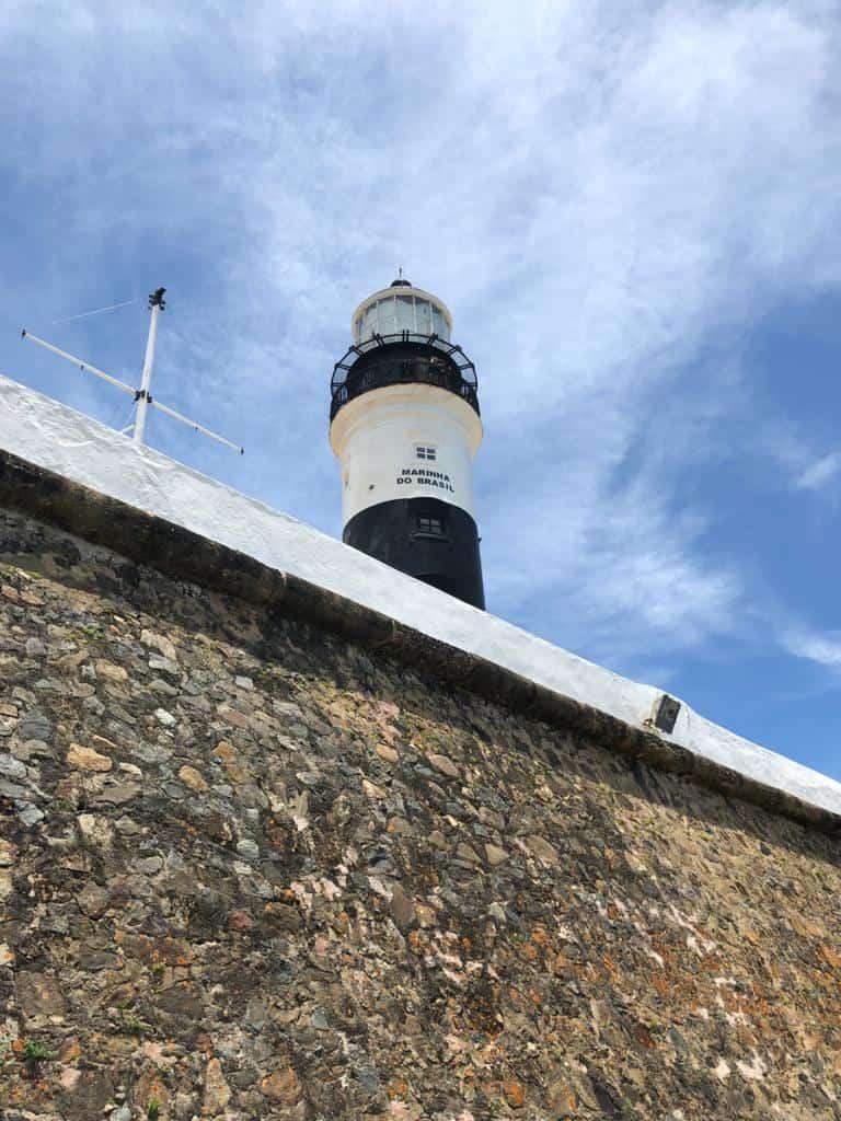O Farol da Barra fica localizado no Forte de Santo Antônio da Barra em Salvador Ba