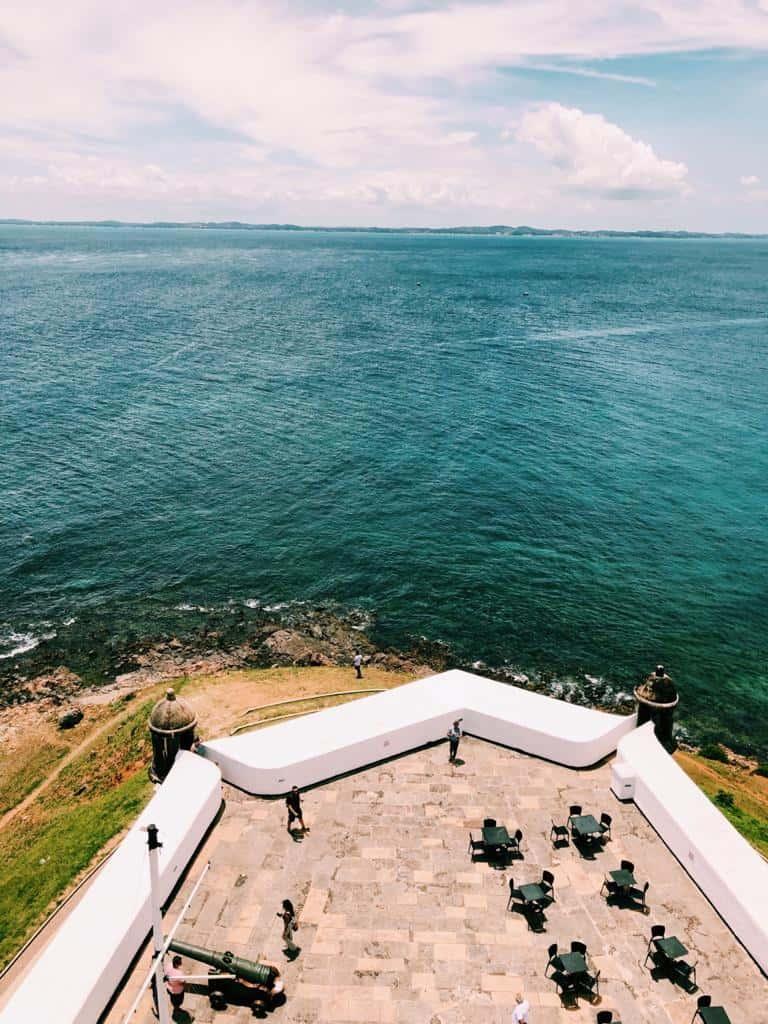 O Farol da Barra fica localizado no Forte de Santo Antônio da Barra em Salvador Ba da