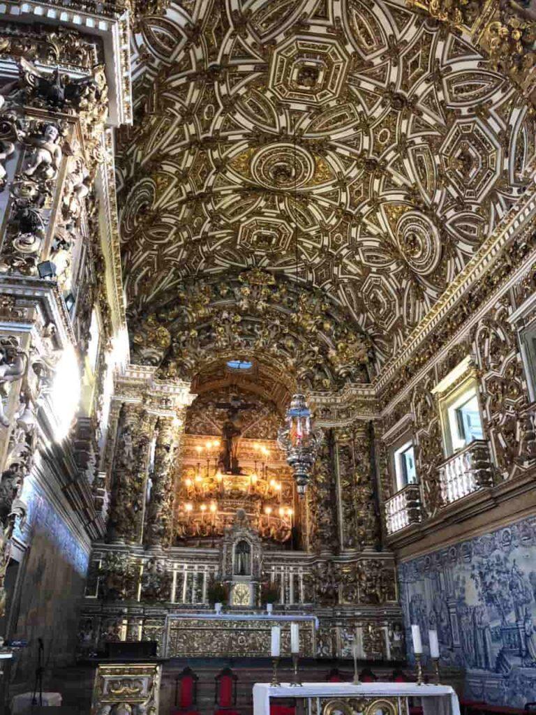 O interior da Igreja e Convento São Francisco no Pelourinho em Salvador