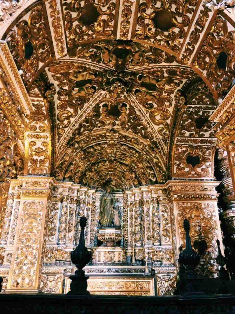 Igreja e Convento São Francisco no Pelourinho em Salvador - A beleza do interior da Igreja com seus altares e muito ouro