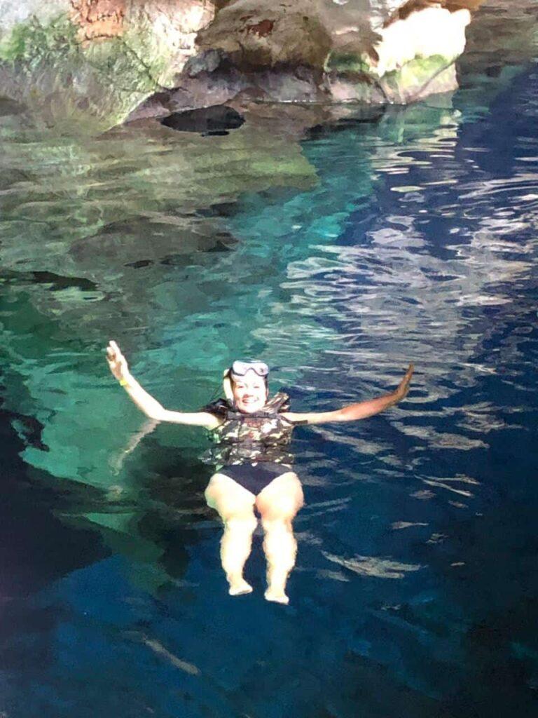 Flutuação no Poço Azul, uma beleza indescritível na Chapada Diamantina Ba